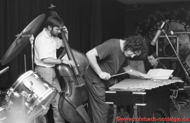 Claus Krisch, Pianist und Musiklehrer aus Saarlouis und der Schlagzeuger Hans Mittermüller sorgen mit schnellen Bebop-Rhythmen für eine weitere Steigerung auf der Bühne