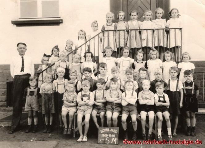 1949 Schüler und Schülerinnen der Geburtsjahrgänge 1939-1942 mit Klassenlehrer Walter Böhm