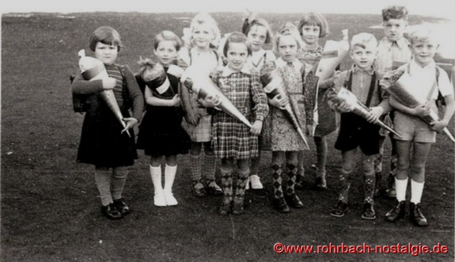 1954 Einschulungsjahrgang 1948 im Hof der Pestalozzischule