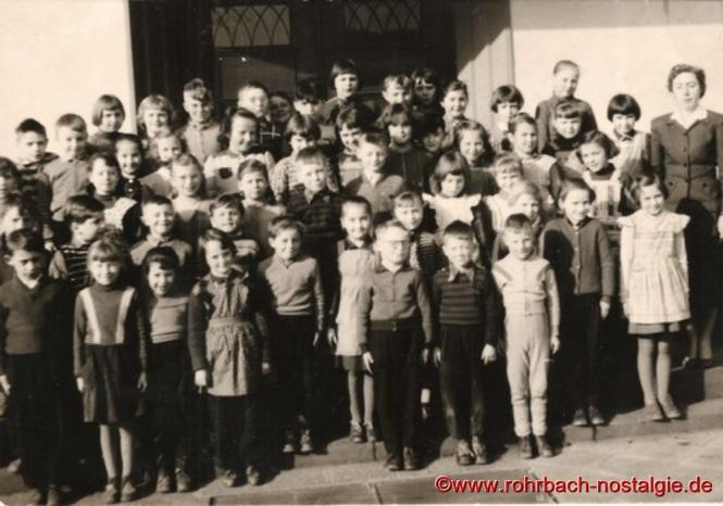 1956 Schüler und Schülerinnen der 1. bis 4.Klasse der Evangelischen Volksschule mit Klassenlehrerin Frau Annemarie Höhn
