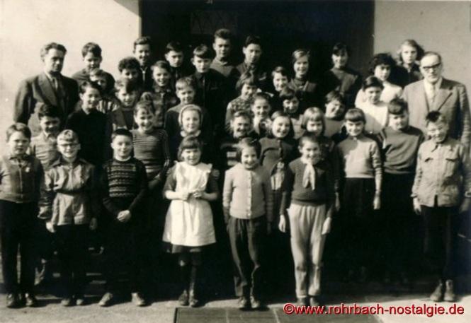 1958 Schüler und Schülerinnen mit Klassenlehrer Böttler und Pfarrer Fischer