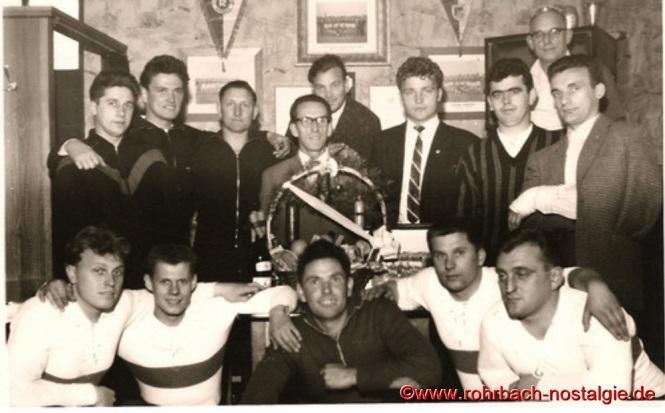 1961 Die 1. Mannschaft der SF Rot-Weiß Rohrbach im Vereinslokal Eugen Klam beim 50. Geburtstag ihres Betreuers Hans Rohe (Hase Peter Hennes)
