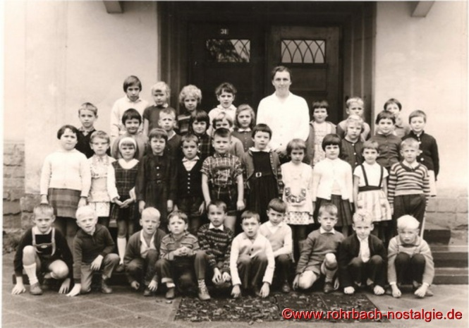1964 Lehrerin Frau Dallmann mit Schülern und Schülerinnen der Jahrgänge 1956-57