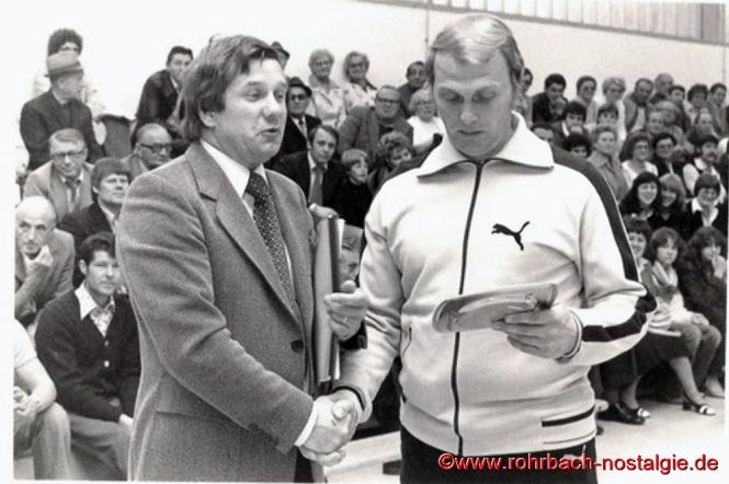 1978 Vorsitzender Edwin Gehring verabschiedet den langjährigen Torjäger Otto Weiland aus der 1. Mannschaft