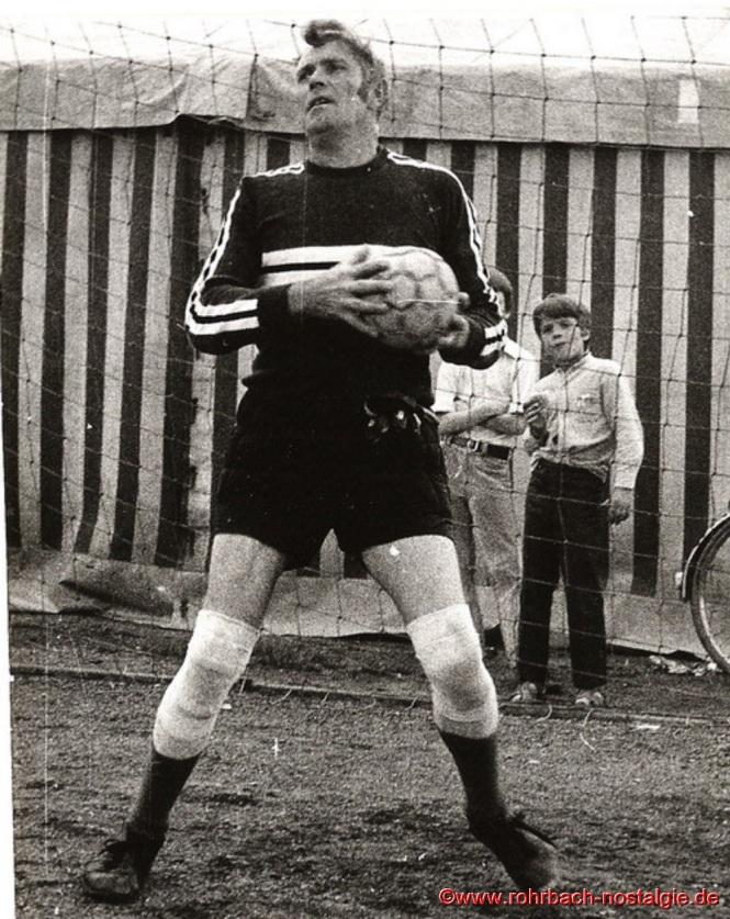 Torhüterlegende Rudi Marquitz ist immer ein sicherer Rückhalt seiner Mannschaft. Auf dem Foto rechts: Rüdiger Pfeifer