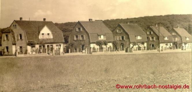 In dem rechten, dieser Heckel-Häuser in der Mühlstraße wird die Evangelische Volksschule untergebracht