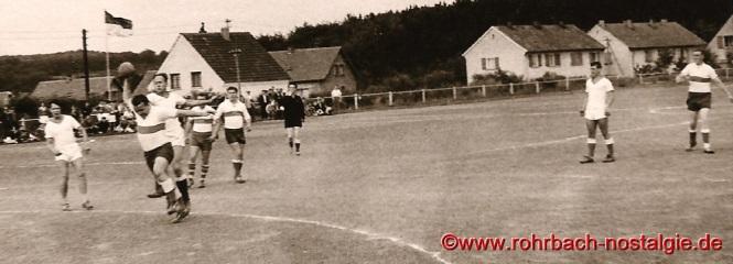 Der wurfgewaltige Rudi Dincher beim Torwurf in einem Feldhandballspiel