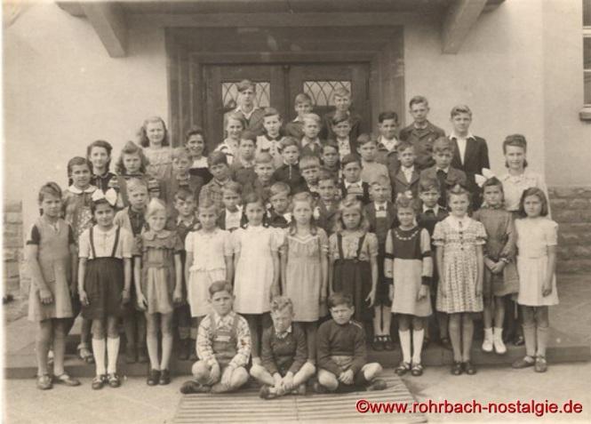 Um 1949 Die Klassen 5 und 6 der Jahrgänge 1937 und 1938 mit Lehrerin Frau Nischwitz