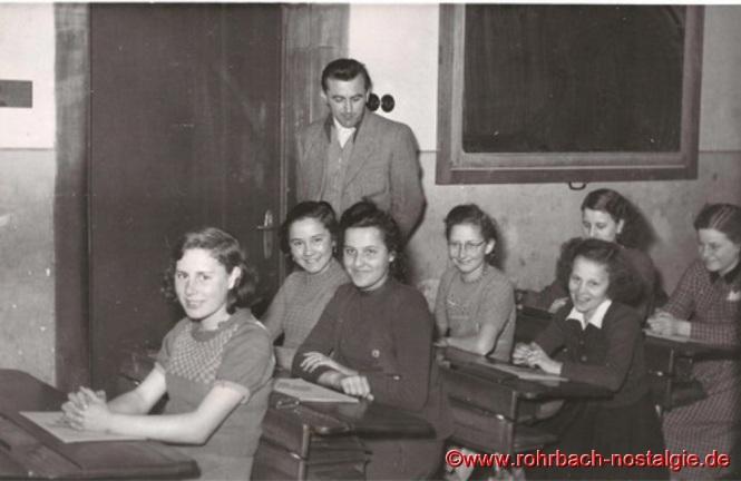 Um 1952 Lehrer Alfred Weber mit Schülerinnen. Auf dem Foto von links: Ine Becker, Gertrud Schaar, Rita Scherer, Käthe Engel, Christel Gehring, hinten rechts Annelore Stuckart