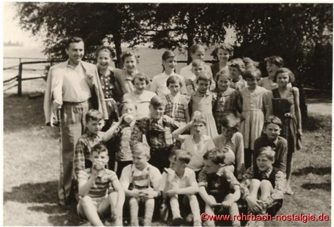 Um 1954 Lehrer Weber mit Schülern und Schülerinnen bei einem Wandertag