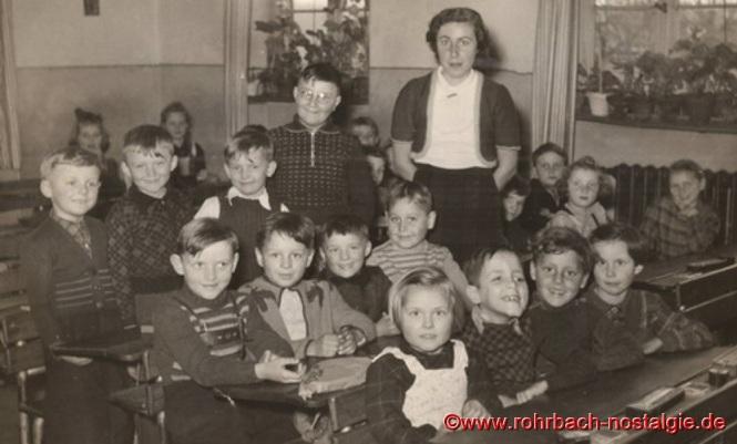 Um 1952 Schüler und Schülerinnen mit Klassenlehrerin Frau Annemarie Höhn
