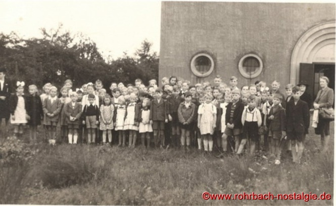 Um 1952 Schulkinder der Evangelischen Volksschule Rohrbach vor der Christuskirche