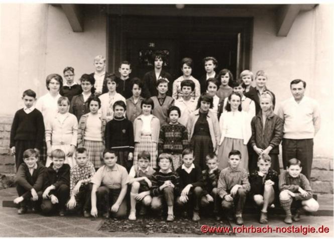 Um 1959 Lehrer Weber mit Schülern und Schülerinnen vor der Pestalozzischule