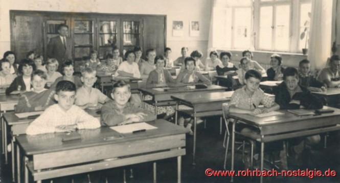 Um 1961 Im Unterrichtssaal der Pestalozzischule Schüler und Schülerinnen mit Lehrer Böttler