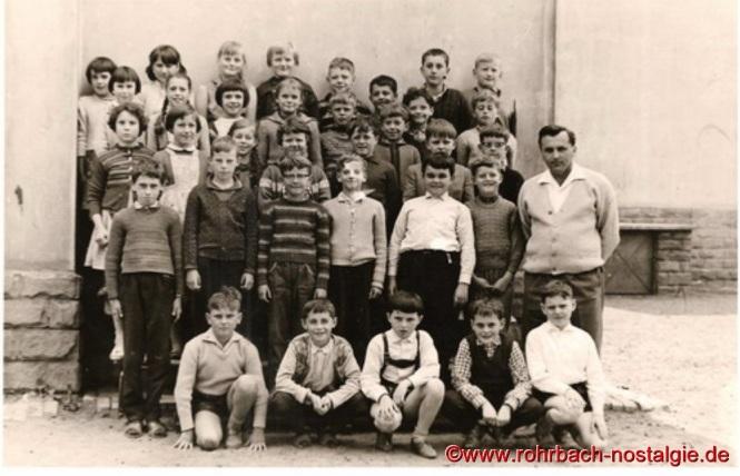 Um 1960 Lehrer Alfred Weber mit Schülern und Schülerinnen