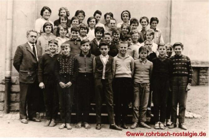 Um 1961 Lehrer Albert Böttler mit Schülern und Schülerinnen der Jahrgänge 1948 bis 1950