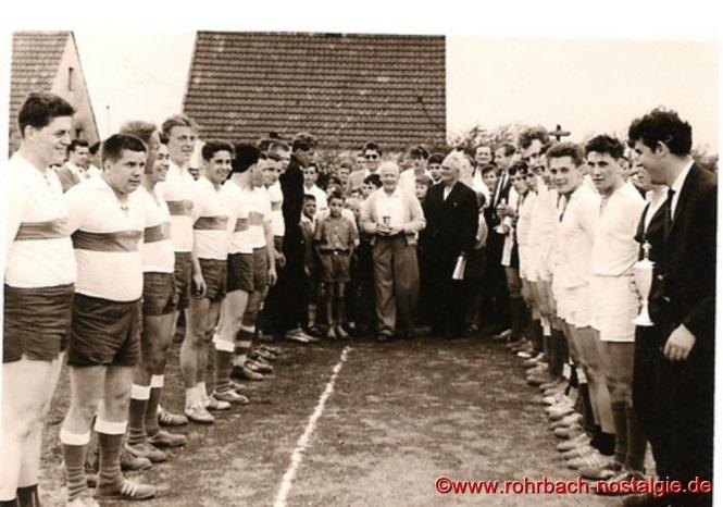 1960 Siegerehrung bei einem Turnier auf dem Sportplatz an der Johannesschule durch Michel Staut, daneben Jugendleiter Wilhelm Schuler