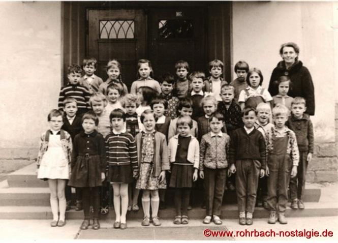 Um 1963 Lehrerin Frau Dallmann mit Schülern und Schülerinnen der Jahrgänge 1955-56