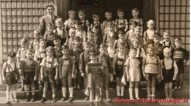 1.September 1954 Einschulung der Buben des Geburtsjahrganges 1948 mit Lehrer Albert Senzig 1948 war im Saarland und in Rohrbach ein besonderes Jahr. Deshalb beginnen wir auch mit dem