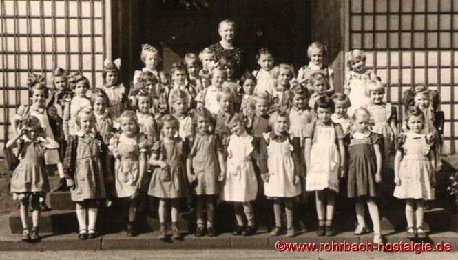 1954 Einschulung der Mädchen des Geburtsjahrganges 1948 mit Lehrerin Frau Maria Becker