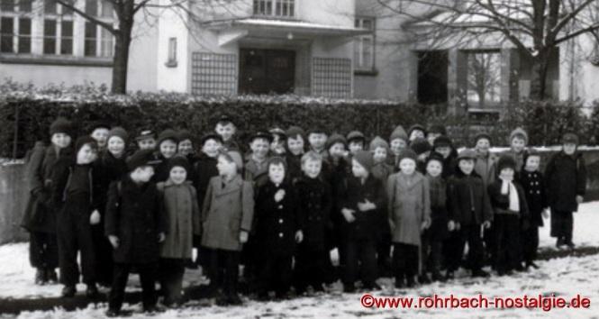 Im Winter 1955: Die Buben des Jahrganges 1948 vor der Pestalozzischule