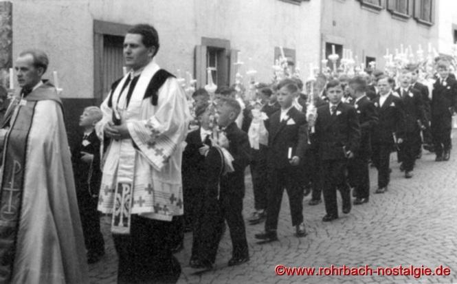 1957 Die Kommunionbuben des Jahrganges 1948 bei der Fronleichnamsprozession mit Pfarrverweser Jakob Layes und Kaplan Eugen Eberle