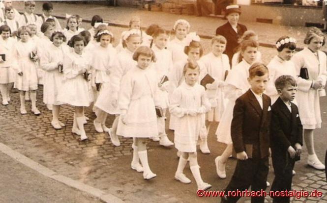 1957 Die Kommunionmädchen des Jahrganges 1948 bei der Grundsteinlegung der St.Konradskirche mit Lehrerin Frau Maria Becker