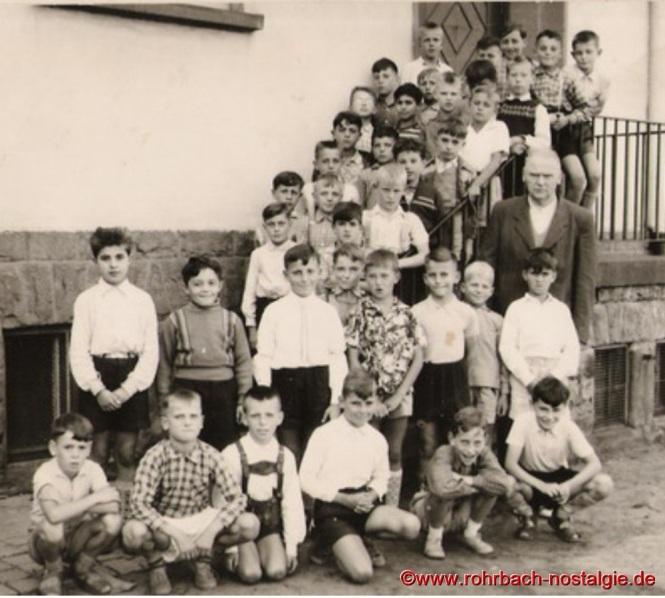 1958 Die Buben des Jahrganges 1948 auf der Treppe der Pestalozzischule mit Lehrer Friedrich Müller
