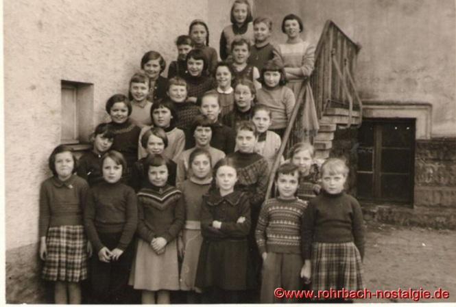 1958 Die Mädchen des Jahrganges 1948 auf der Treppe der Wiesentalschule