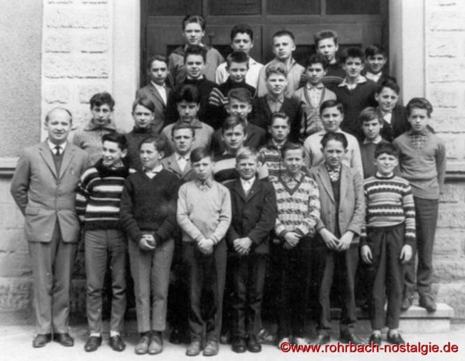 1962 Die Buben des Jahrganges 1948 im 9. Schuljahr mit Klassenlehrer und Rektor Egon Fisch (später Schulrat) vor der Wiesentalschule