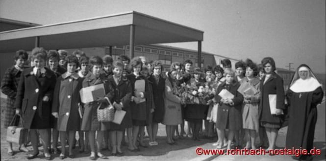 Die entlassenen Schülerinnen des Jahrganges 1948 mit ihrer Klassenlehrerin Schwester Friedgard