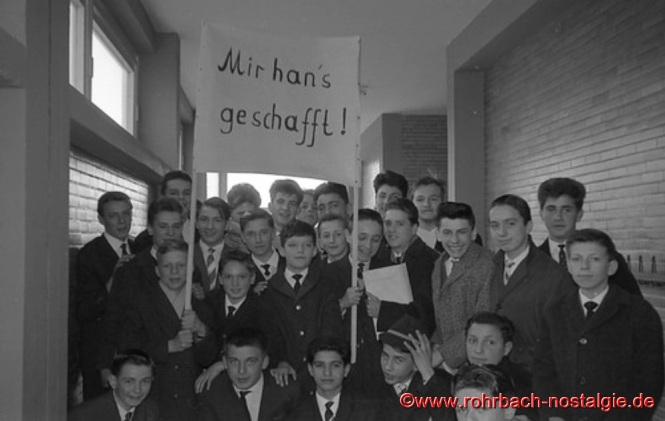 """""""Mir han's geschafft"""" schreiben die Schüler des Jahrganges 1948 auf ihr Transparent"""
