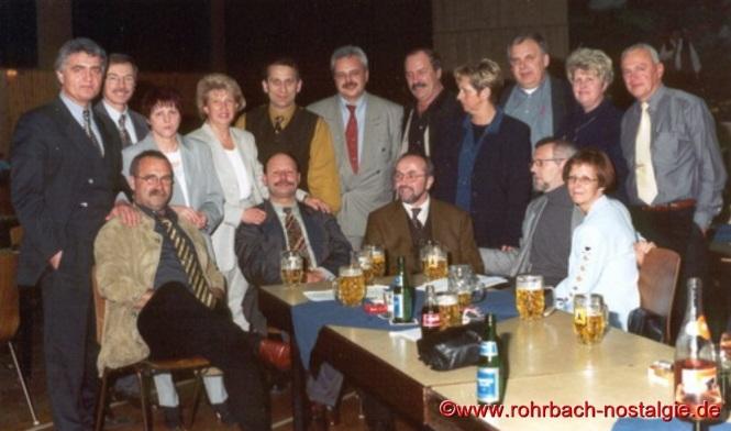1998 Nach dem Klassentreffen ist man noch auf dem 50.Geburtstag des Schulkameraden Bernd Meinert in der TG Turnhalle zu Gast. Auf dem Foto stehend von links: Wolfgang Kaiser, Dr.Wolfgang Gschwendtner, Gitta Karr (Blaumeiser), Marlene Kraus (Blatt), Karl Abel, Egon Wittmer, Gerd Michaeli, Karin Schiehl (Zeiger), Franz Deckarm (Persil), Ingrid Hillenbrand (Schmelzer), Horst Diehl. Sitzend von links: Josef Bayer, Geburtstagskind Bernd Meinert, Lothar Burkhart, Gisbert Groh und Marion Noeldechen (Laterner)