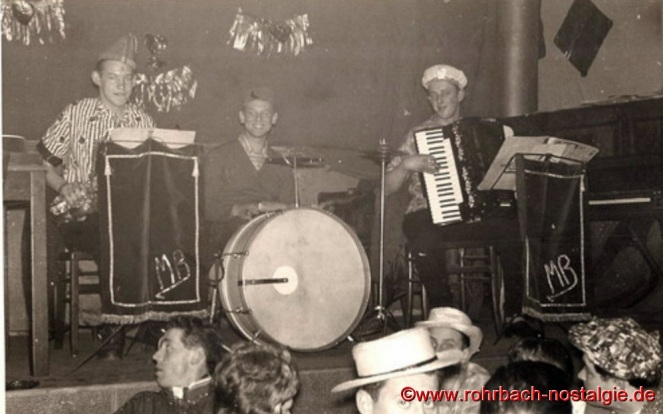 """Um 1957 Das Trio"""" Die Micky Band"""" bestehend aus: Peter Josef Staut (Schersche), Kurt Schmitt und Gerhard Fuß trat hauptsächlich bei kleineren Veranstaltungen auf (hier an Fastnacht bei der Kath.Jugend in Glasersch Saal). Auf dem Foto links im Vordergrund: Peter Jacob (Posthalter Peter)"""
