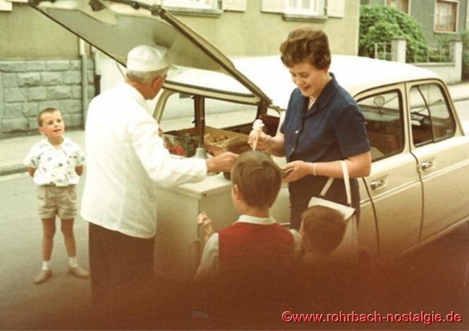Um 1965 bedient Friedrich Leiner in der Austraße Anneliese Wagner. Mittlerweile ist er von seinem dreirädrigen Motorrad auf einen Renault R4 umgestiegen