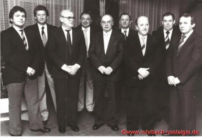 1983 Die Gründungsmitglieder des Pfarrorchesters beim 20 jährigen Bestehen. Unser Foto zeigt von links: Horst Zeiger, Herbert Zintel, Oswald Gehring, Eugen Motsch, Pfarrer Leo Köller, Josef Backes, Elmar Pfeifer, Gerhard Jungfleisch und Friedhelm Pfeifer