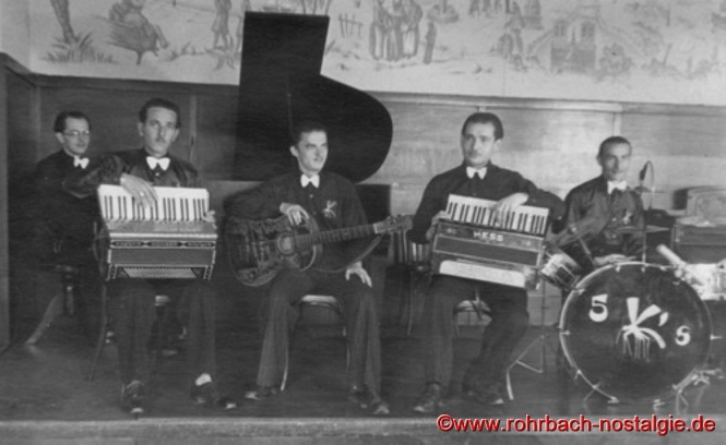 Um 1947: Die 5 Moskitos in folgender Besetzung von links: Kurt Becker am Piano, Erwin Pfeifer am Akkordeon, Gerhard Luck (Künstlername Gerard de Luc) an der Gitarre, Alfred Klam am Akkordeon und Willi Hausen am Schlagzeug