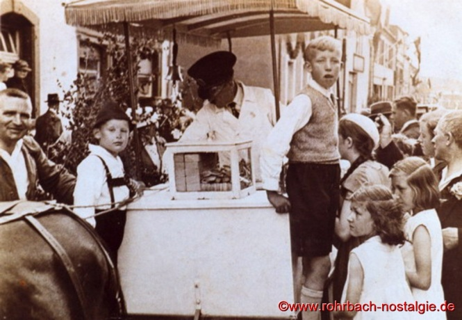 Um 1936 Friedrich Leiner beim Eisverkauf an der Drehscheibe