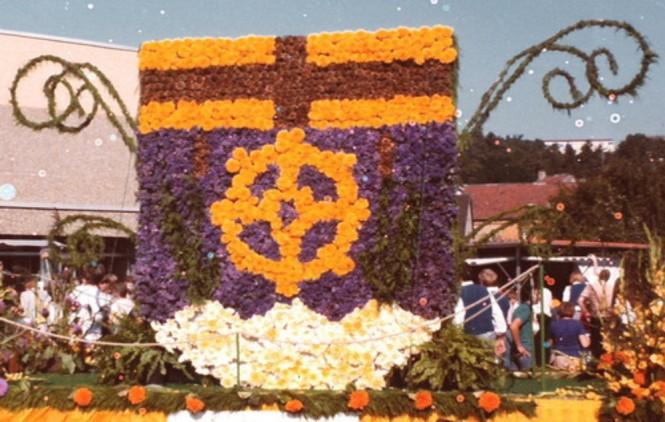 1981 Blumenwagen mit dem Rohrbacher Wappen: Gestaltet von der Gärtnerei Stuppi anläßlich des Historischen Umzuges der 800 Jahrfeier Rohrbachs