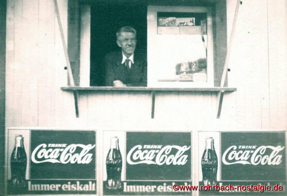 """Anfang der 50er Jahre am Fenster seines Kiosks in der Bahnhofstraße in Rohrbach, wo heute die Einmündung """" In den Königswiesen"""" ist. Hier verkauft er Getränke, Süßigkeiten und natürlich sein Speiseeis"""