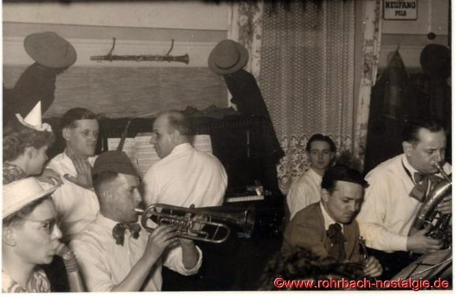 Um 1950 Die Tanzkapelle Pascha (Max Deckarm) an Fastnacht im Saal des Gasthauses Persil. Rechts im Bild Max Deckarm senior, an der Trompete Willi Jungfleisch