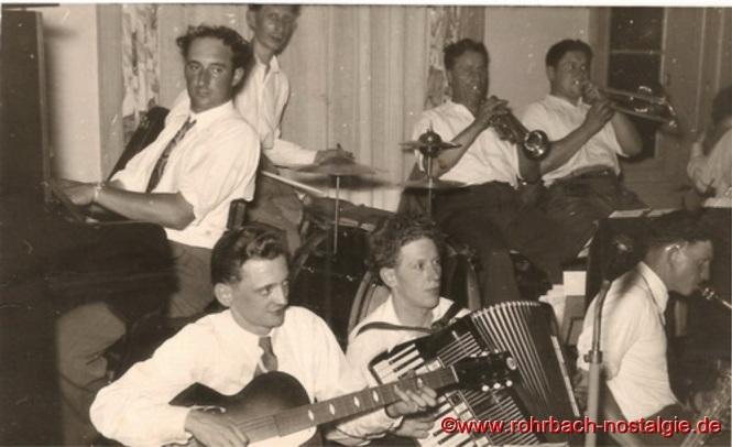 """Um 1950 Die Tanzkapelle """"Sonny Boys"""" : In der Besetzung: am Piano Fred Wagner, am Schlagzeug Ludi Schöfer, an der Trompete Alois Freiler und an der Posaune Oswald Gehring (Brigge-Peter). Vorne an der Gitarre Heinz Kroll, am Akkordeon Herbert Mayer und am Saxophon Günter Pfeifer"""