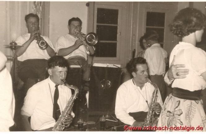 """Um 1950 Die Tanzkapelle """"Sonny Boys"""" . Hinten an der Trompete Alois Freiler, daneben Posaunist Oswald Gehring (Brigge-Peter), vorne am Saxophon Günter Pfeifer und Elmar Pfeifer"""