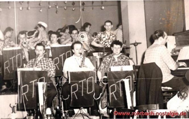 Um 1954 Das Rohrbacher Tanzorchester (RTO). Vorne von links: Josef Backes (Saxophon), Elmar Pfeifer (Saxophon), Günter Pfeifer (Saxophon) und am Piano Fred Wagner. Hinten am Schlagzeug Ludi Schöfer