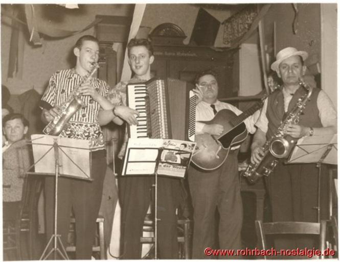 Um 1958 Die Micky Band mit Verstärkung bei einer Veranstaltung des VdK: Auf dem Foto von links: Peter Josef Staut (Saxophon), Gerhard Fuß (Akkordeon), Josef Schiel (Schneider Schiel-Gitarre) und Max Deckarm (Pascha Max-Saxophon). Ganz links auf dem Foto Frau Katharina Knoch (Knoch Katche)