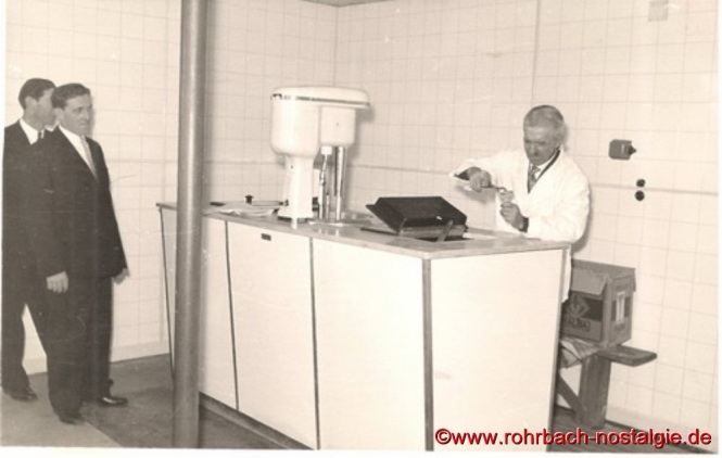 Um 1960 in seinem Wohnhaus in der Bergstraße 27 (heute Blücherstraße) beim Eisverkauf an Gemeinderatsmitglieder