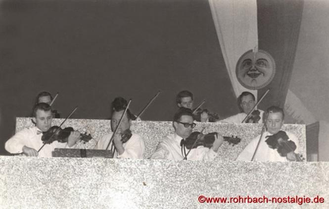 Die Streicher des neugegründeten Pfarrorchesters bei einem der ersten Auftritte. In der ersten Reihe von links: Friedhelm Pfeifer, Gustel Lessmeister, Franz Schaar, Heinz Bastian. In der hinteren Reihe von rechts: Gerhard Jungfleisch, Hans Klein (Post Klein)