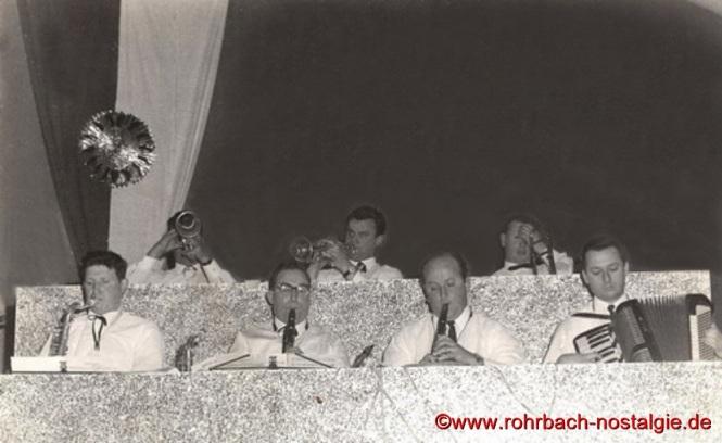 Die Bläser des Pfarrorchesters in den Anfangsjahren. Vorne von links: Günter Pfeifer, Werner Ruf, Elmar Pfeifer und Josef Backes (Akkordeon). Hinten von rechts: Theo Scholl (Posaune) und Franz Schegerer (Trompete)