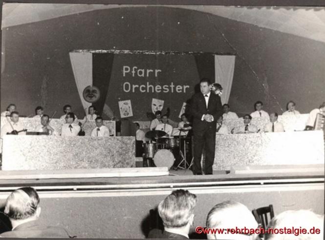 1967 tritt Oswald Gehring als Dirigent und Leiter des Pfarrorchesters zurück, da er aus beruflichen Gründen nach Neunkirchen umzieht