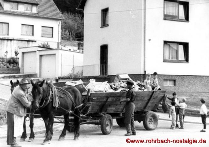 """Immer umringt von Kindern war der """"Hase Hannes"""" mit seiner Besatzung, hier bei einer Tour im Talgarten"""